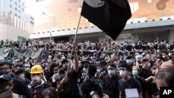 홍콩 경찰본부 앞에서 시위대가 21일 항의 집회를 열었다.