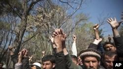 تقریباً 1,000 مظاہرین نے بگرام ایئر بیس کے باہر جمع ہو کرقرآن کی مبینہ بے حرمتی کی مذمت کی۔