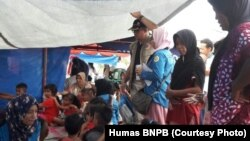 Petugas Badan Nasional Penanggulangan Bencana dan relawan pendamping, menghibur para pengungsi anak-anak pengungsi di tenda pengungsi kabupaten Pidie Jaya. (Foto: Humas BNPB)