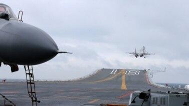 Chiến đấu cơ J-15 trên tàu sân bay Liêu Ninh của Trung Quốc trong một cuộc diễn tập trên biển Đông, ngày 02 tháng 01 năm 2016.