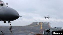 지난달 2일 중국이 남중국해에서 군사훈련을 실시한 가운데 랴오닝함에서 J-15 전투기가 날아오르고 있다.