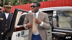 Teodorin Nguema Obiang (à droite), le fils du président de la Guinée équatoriale Teodoro Obiang arrive à la cathédrale de Malabo pour fêter son 41e anniversaire, le 25 juin 2013.