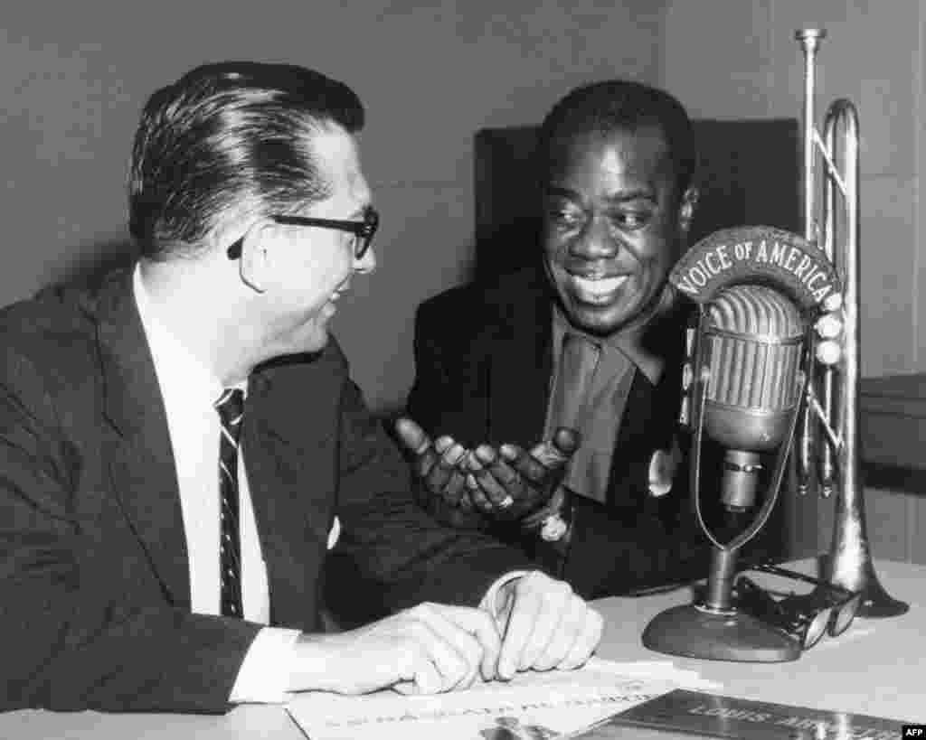 Willis Conover, phát thanh viên chuyên về jazz của VOA phỏng vấn ông hoàng nhạc jazz Louis Amstrong.