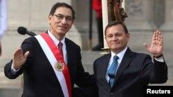 El presidente de Perú, Martín Vizcarra y el ministro de relaciones exteriores Néstor Popolizio, posan para los fotógrafos en el día de la juramentación de Popolizio en Lima, Perú, el 2 de abril de 2018. REUTERS/Guadalupe Pardo.
