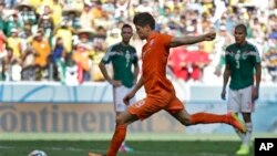 Netherlands' Klaas-Jan Huntelaar scores his side's second goal on a penalty kick during the World Cup round of 16 soccer match between the Netherlands and Mexico .