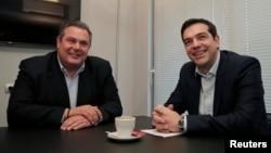 El líder del radical partido Syriza, Alexis Tsipras (derecha) se reune con el líder derechista Panos Kammenos en Atenas, del partido Anel. Ambos llegaron a un acurdo para gobernar.