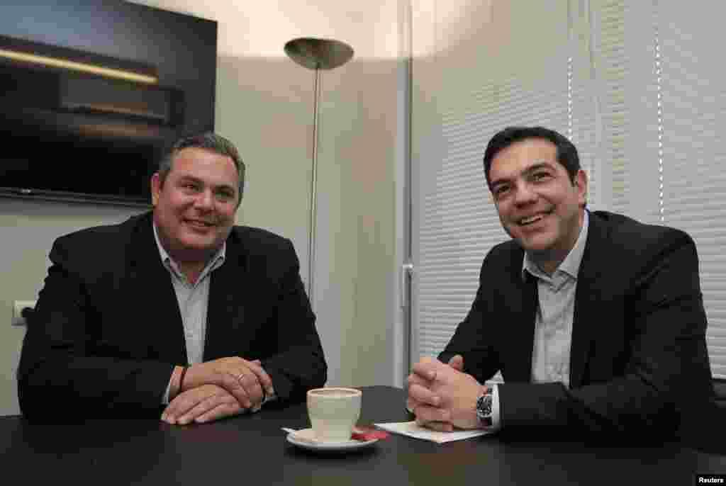 الکسیس سیپراس، رهبر ۴۰ ساله حزب سیریزا (راست)، با پانوس کامنوس، رهبر حزب مستقل سبز در مقر حزب سيريزا در آتن ملاقات میکند --۶ بهمن ۱۳۹۳ (۲۶ ژانويه ۲۰۱۵)