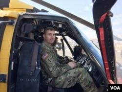 헬기 조종사이자 팀장인 네이단 검 준위가 헬기 조종석에 앉아 북한 군인 후송 정황을 설명하고 있다.