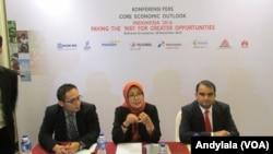 Direktur Core Indonesia Hendri Saparini (tengah berbicara) menjelaskan proyeksi ekonomi Indonesia 2016 di hotel JW Luwansa, Jakarta, 18 November 2015. (Foto: VOA/Andylala)