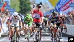 Pembalap Mark Cavendish melintasi garis akhir dan memenangi etape ke-13 balapan Giro d'Italia, dari Busseto ke Cherasco (17/5).