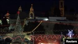 在圣诞前夜,人们在约旦河西岸的伯利恒的耶稣诞生地欢度圣诞