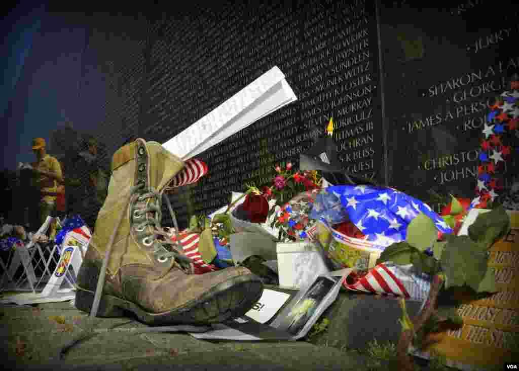 У стены Национального мемориала. Пришедшие оставляют цветы, фотографии, вещи в память о невернувшихся с той войны