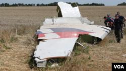 Para penyelidik memeriksa reruntuhan MH17 di Ukraina timur (foto: dok).