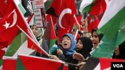 Ribuan warga Turki mengibarkan bendera Turki dan Palestina dalam demonstrasi anti-Israel di Ankara, memprotes insiden maut yang menewaskan 9 warga Turki di kapal bantuan Turki untuk Gaza tahun lalu (foto: dok.).