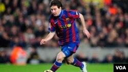 Messi anotó su primer gol de esta temporada con el Barca, a tres minutos de iniciado el encuentro. El mundialista David Villa, también se estrenó en el equipo.