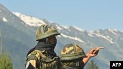 印度軍方6月17日向印中邊境地區增派的部隊在巡邏。
