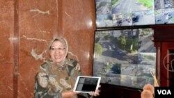 Walikota Surabaya Tri Rismaharini menunjukkan titik-titik rawan kepadatan lalu lintas di kota Surabaya serta alternatif pembangunan jalan baru. (VOA/Petrus Riski)