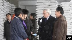 지난 2010년 2월 북한 평양의 WFP 밀가루 공장을 방문한 유엔 관계자들. (자료사진)