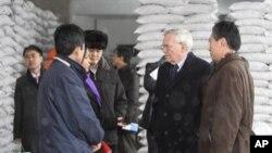 지난 2010년 2월 유엔 관계자들이 세계식량계획이 지원하는 '평양 어린이 식료 공장'을 방문했다. (자료사진)
