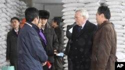 지난 2010년 2월 북한 평양의 WFP 밀가루 공장을 방문한 UN 관계자들. (자료사진)
