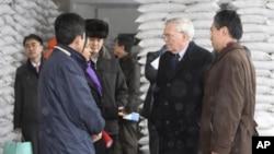 2010년 2월 북한 평양의 WFP 밀가루 공장을 방문한 UN 관계자들과 WFP 평양사무소 직원들. (자료사진)