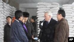 유엔 관계자들이 북한 평양의 세계식량계획 WFP가 운영하는 밀가루 공장을 방문했다. (자료사진)
