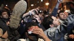 پنجشنبه شب و پس از نطق تلویزیونی حسنی مبارک، شماری از مخالفان خشمگین کفش های خود را در هوا تکان دادند که این امر در جهان عرب، نشانه عدم رعایت حرمت است