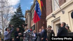 카를로스 베키오 미국 주재 특사가 18일 워싱턴 DC에 있는 국방무관 관련 시설를 접수한 후 국기를 달고 있다. (제공: 카를로스 베키오 미국 주재 특사 트위터)