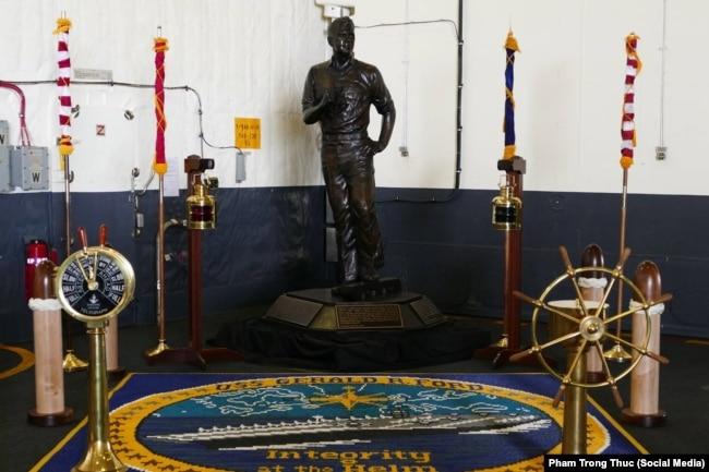 Tượng Tổng thống Ford (1913-2006) trong khoang chứa máy bay trên hàng không mẫu hạm USS Gerald R. Ford