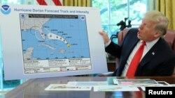 Predsednik Donald Tramp sa mapom na kojoj je flomasterom izmenjena putanja uragana Dorijan da bi se obuhvatila Alabama
