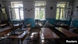 Одна из классных комнат школы номер 57, попавшей под обстрел в городе Донецк, Украина. 1 октября 2014 г.