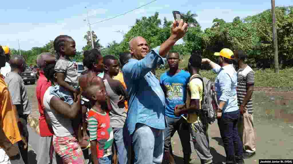Primer Ministro de Haití visita niños del noreste del país tras paso de Irma.