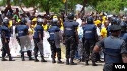 Polícia e manifestantes em Luanda