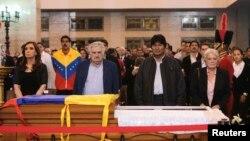 6일 우고 차베스 베네수엘라 대통령의 시신이 안치된 카라카스 사관학교에서 조문하는 주변국 정상들. 왼쪽부터 크리스티나 페르난데스 아르헨티나 대통령, 호세 무히카 우루과이 대통령, 에보 모랄레스 볼리비아 대통령,
