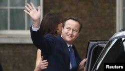 데이비드 캐머런 전 영국총리가 지난 7월 마지막으로 런던 다우닝 가 10번지 총리 관저를 떠나면서 손을 흔들고 있는 모습.
