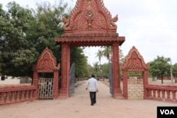 An entrance leading to Kraing Sovann pagoda, in Oudong district, Kampong Speu province, on April 7, 2020. (Phorn Bopha/VOA)