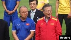 Huấn luyện viên bóng đá U23 của Việt Nam người Hàn Quốc Park Hang-seo (trái) và Tổng thống Hàn Quốc Moon Jae-in tại Liên đoàn bóng đá Việt Nam khi Tổng thống Moon đến thăm Việt Nam hôm 22/3/2018.