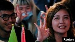 Người ủng hộ bà Thái Anh Văn vui mừng trước chiến thắng trong bầu cử hôm 11 tháng Giêng, 2020.