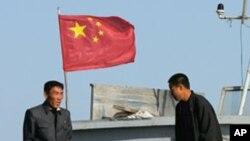 압록강에서 북-중간 운송작업을 하고 있는 북한인들