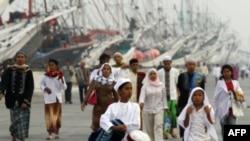 Người Hồi giáo Indonesia đi bộ tới đền thờ ở Jakarta để cầu nguyện đánh dấu việc kết thúc tháng ăn chay linh thiêng Ramadan, ngày 31/8/2011