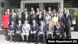 参加联合培训的阿富汗外交官在美国驻北京大使馆外合影