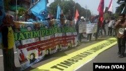 Aktivis lingkungan, mahasiswa dan warga korban konflik agraria berunjuk rasa di depan Gedung DPRD Provinsi Jawa Timur di Surabaya, menuntut penyelesaian persoalan agraria dan lingkungan oleh pemerintah (Foto: VOA/Petrus Riski).