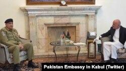 Jenderal Qamar Javed Bajwa (kiri) bertemu Presiden Afghanistan Ashraf Ghani di Kabul, Selasa (9/6).