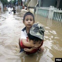 Selain jalan ambles dan krisis air bersih, banjir juga menjadi ancaman bagi Jakarta karena kerusakan lingkungan.