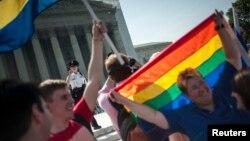 지난해 6월 미국 수도 워싱턴의 대법원 앞에서 동성혼 지지자들이 법안 통과를 호소하고 있다. (자료사진)