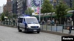 گشت پلیس در مرکز شهر هلسینکی پایتخت فنلاند، اندکی پس از حمله مردی با چاقو به مردم در شهر توروک - ۲۷ مرداد ۱۳۹۶