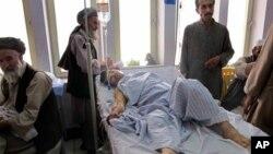 6월 25일 폭탄테러로 부상을 입은 한 시민이 쿤두즈의 병원에서 응급 치료를 받고있다.