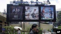 Spanduk-spanduk film di luar sebuah bioskop di Jakarta. (Foto: Dok)