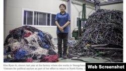 Bà Kim Ryen-hi trước xưởng may nơi bà làm việc ở Yeongcheon, Hàn Quốc (Ảnh chụp từ trang web The New York Times)