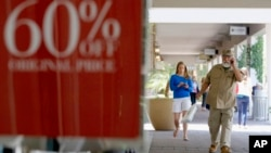Compradores en un centro comercial en Phoenix. La economía estadounidense ha comenzado a calentar nuevamente.